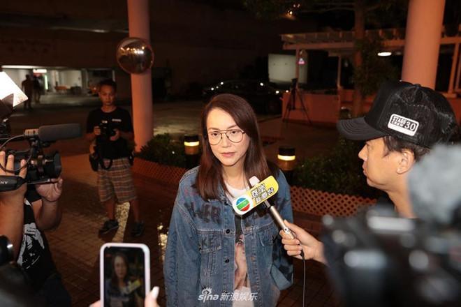 Nhậm Đạt Hoa nằm cáng trở về Hong Kong sau vụ bị đâm ở sự kiện-4