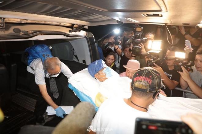 Nhậm Đạt Hoa nằm cáng trở về Hong Kong sau vụ bị đâm ở sự kiện-6