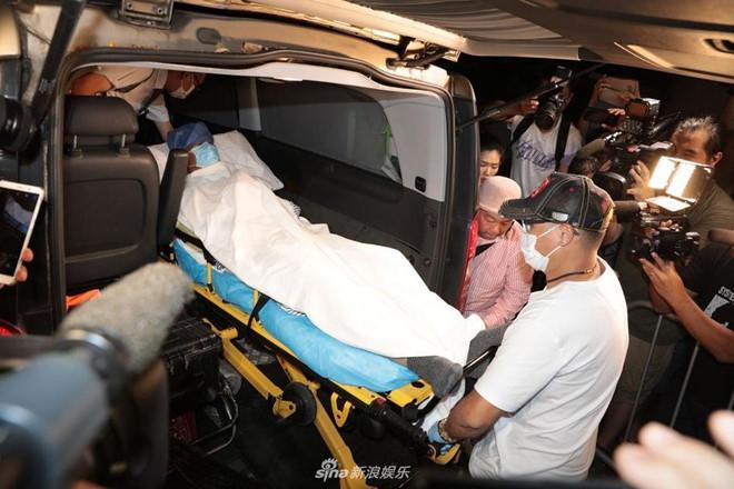 Nhậm Đạt Hoa nằm cáng trở về Hong Kong sau vụ bị đâm ở sự kiện-1