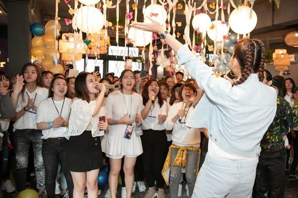 Siêu mẫu Thanh Hằng trổ tài ca hát khiến fans đứng ngồi không yên-7