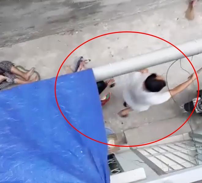 Clip: Chó nhà nuôi lao vào cắn xé bà ngoại, máu chảy đầm đìa, cháu gái cố giải cứu trong bất lực-2