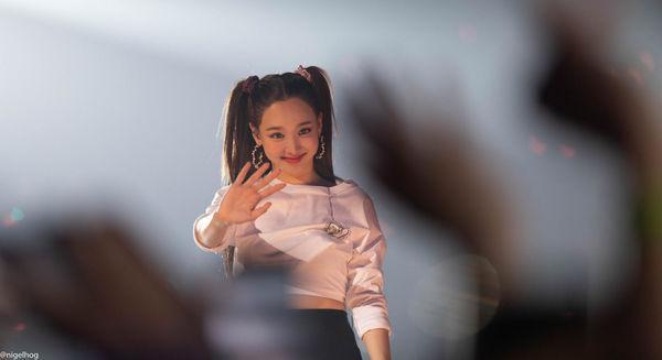 Phản ứng đáng yêu của Nayeon TWICE khiến các fan hâm mộ thích thú-4