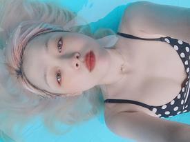 'Mỹ nữ thị phi' Sulli diện bikini, tạo dáng gây tranh cãi