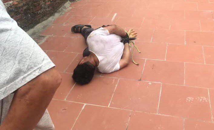Người đàn ông lạ mặt bị trói chặt vì sàm sỡ bé gái 14 tuổi-1