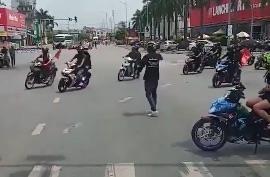 Đoàn xe phượt thủ tự ý chặn đường để di chuyển qua ngã tư-1
