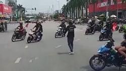 Đoàn xe phượt thủ tự ý chặn đường để di chuyển qua ngã tư