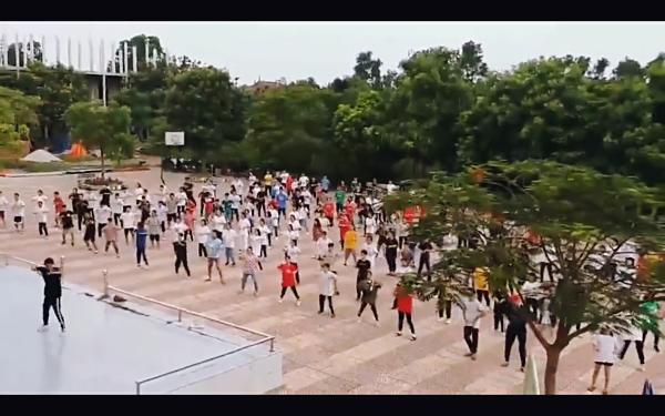 Clip: Trường THPT chọn siêu phẩm Hãy trao cho anh của Sơn Tùng làm nhạc nền cho tiết thể dục-1