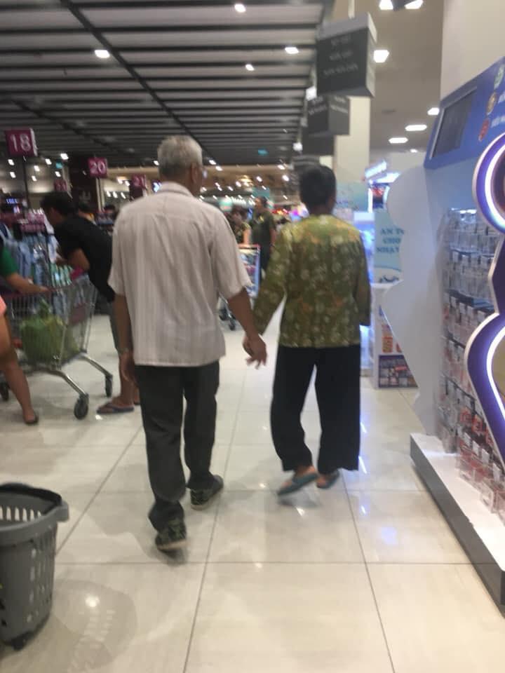 Lay động lòng người hình ảnh cụ ông cụ bà nắm tay nhau đi trong siêu thị: Nghe 2 người nói chuyện mới thực sự xúc động-2