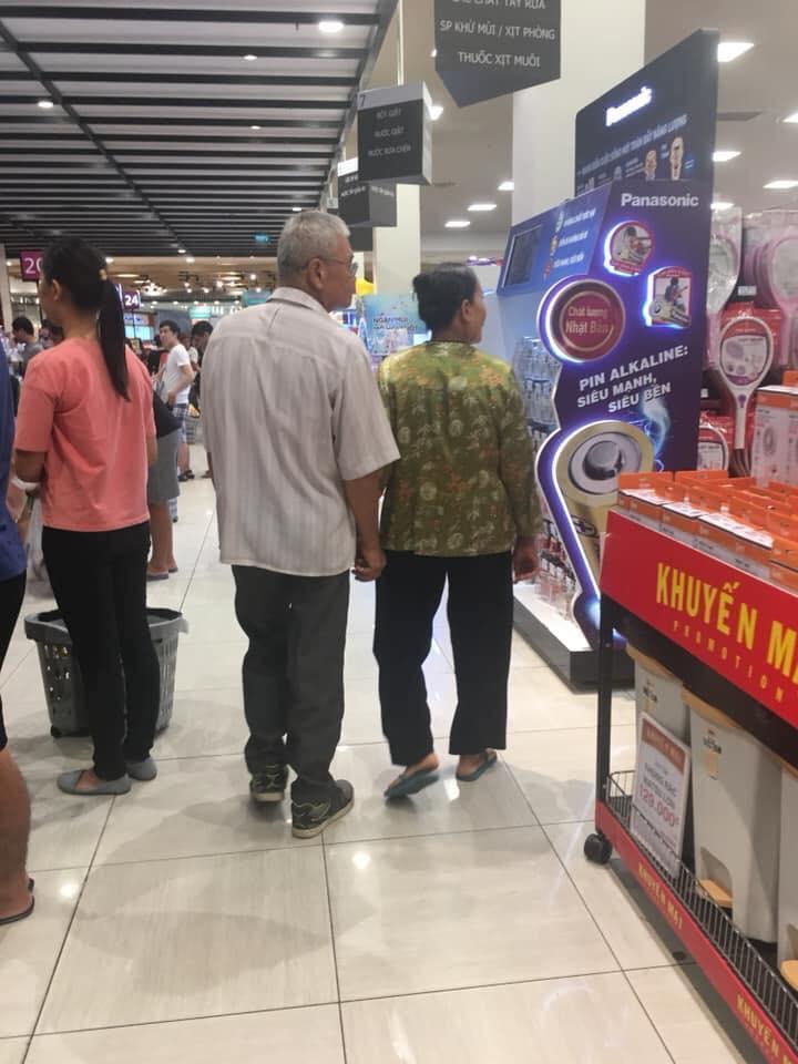 Lay động lòng người hình ảnh cụ ông cụ bà nắm tay nhau đi trong siêu thị: Nghe 2 người nói chuyện mới thực sự xúc động-3