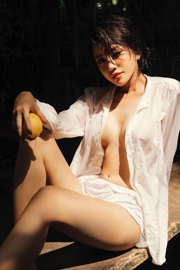 Liên tục đăng ảnh bán khỏa thân, Thiên Nga The Face định soán ngôi nữ hoàng sexy của Ngọc Trinh?-1
