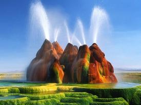 Mạch nước 200 độ C phun vọt siêu thực như khung cảnh ngoài hành tinh