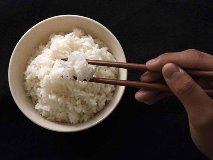 Sai lầm khi ăn cơm gây hại nghiêm trọng cho sức khỏe, không phải ai cũng biết-3