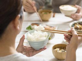 Sai lầm khi ăn cơm gây hại nghiêm trọng cho sức khỏe, không phải ai cũng biết