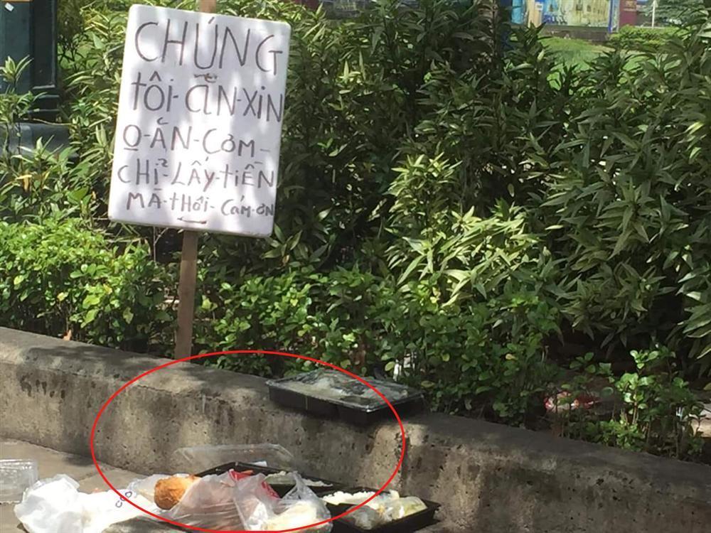 Dân mạng tranh cãi kịch liệt tấm biển thông báo chỉ lấy tiền chứ không xin ăn nhưng gây sốc nhất là thức ăn thừa vương vãi trên đường-2