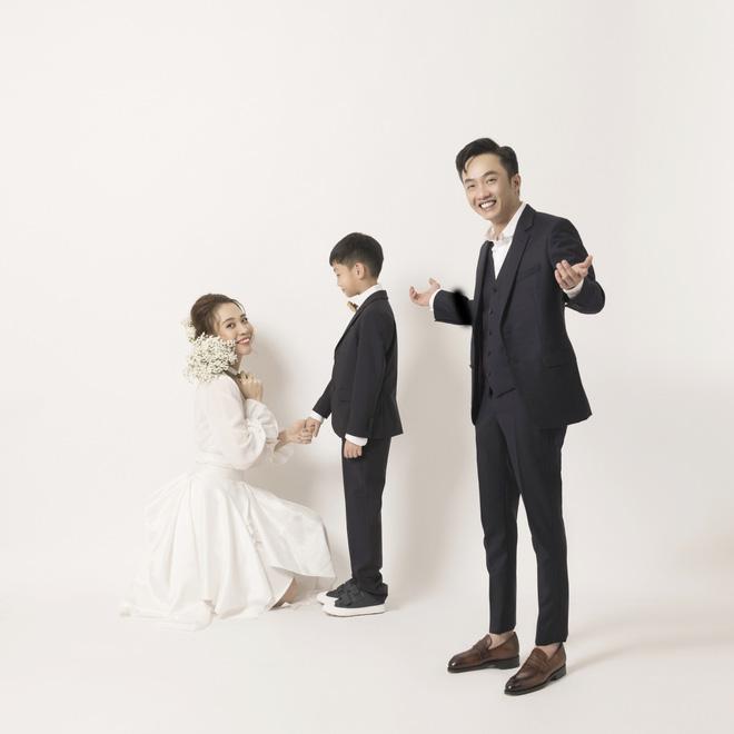 Đàm Thu Trang như người khổng lồ trong ảnh cưới với Cường Đô La: Bí kíp nào cho cặp đôi cột đèn - máy nước trở nên hài hòa?-7