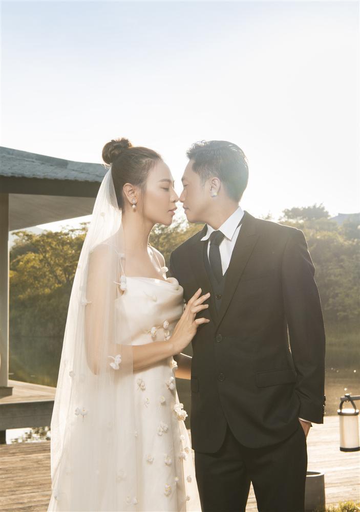 Đàm Thu Trang như người khổng lồ trong ảnh cưới với Cường Đô La: Bí kíp nào cho cặp đôi cột đèn - máy nước trở nên hài hòa?-11