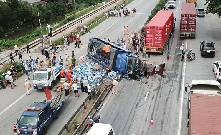 Camera hành trình ghi lại cảnh xe tải đâm vào đoàn người đang chờ sang đường chứ không phải đứng xem tai nạn-1