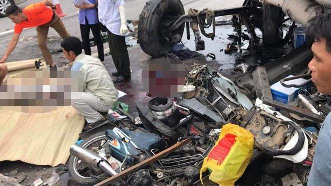 Camera hành trình ghi lại cảnh xe tải đâm vào đoàn người đang chờ sang đường chứ không phải đứng xem tai nạn-2