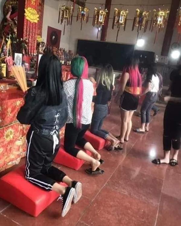 Nhóm nữ sinh trẻ trâu hứng đủ gạch đá khi đầu nhuộm xanh đỏ, diện đồ ngủ ngắn cũn cỡn đi lễ chùa-2