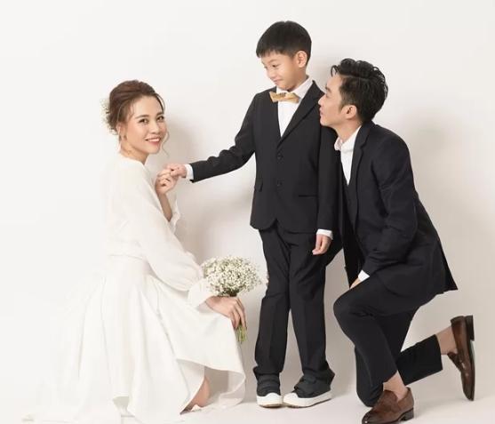 Con trai Cường Đô La chụp ảnh cưới cùng ba và mẹ kế, dân mạng xót xa Hà Hồ: Cô ấy chắc đau lòng lắm-1