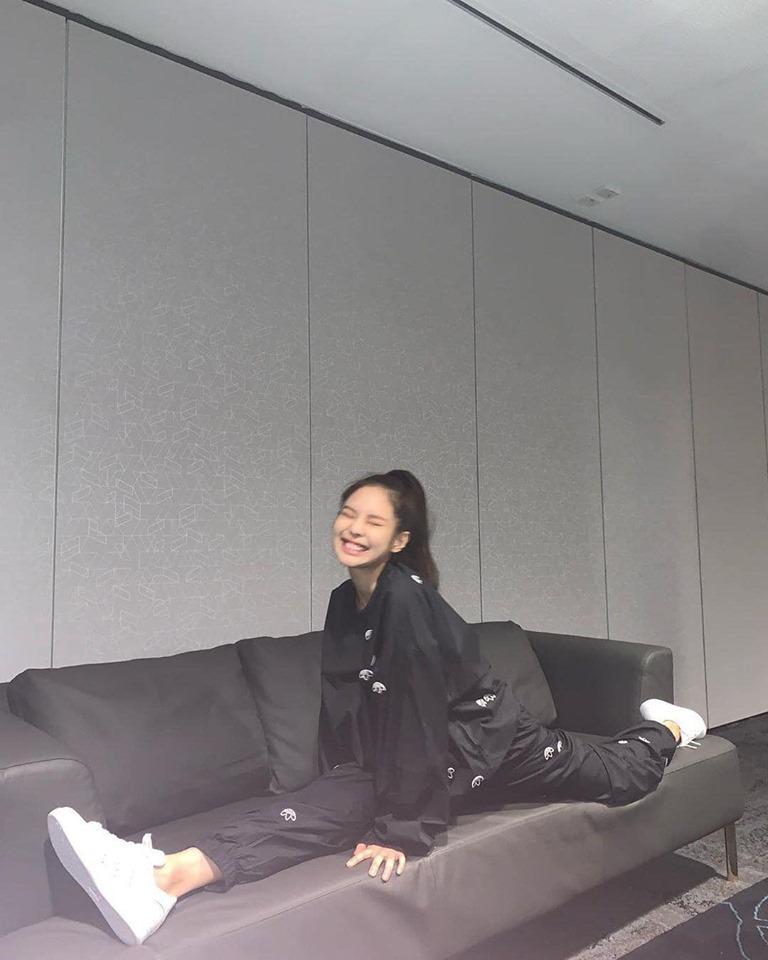 Muốn ảnh được triệu like, học ngay cách tạo dáng vừa ngầu vừa đáng yêu như BLACKPINK Jennie-11