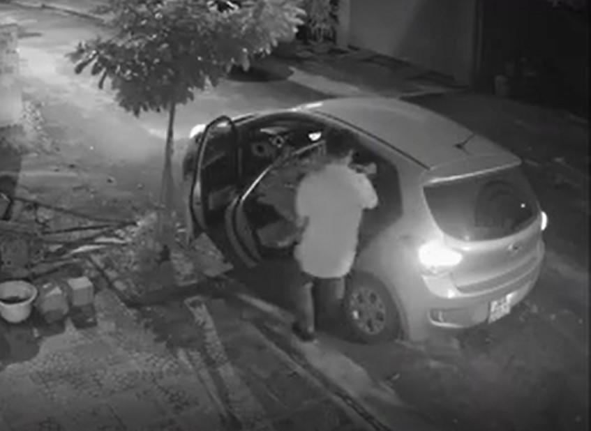 Clip: Người đàn ông đi ô tô sang trọng bỗng nhiên làm một việc xấu xí lúc nửa đêm khiến ai cũng ngỡ ngàng-1