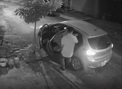 Clip: Người đàn ông đi ô tô sang trọng bỗng nhiên làm một việc xấu xí lúc nửa đêm khiến ai cũng ngỡ ngàng