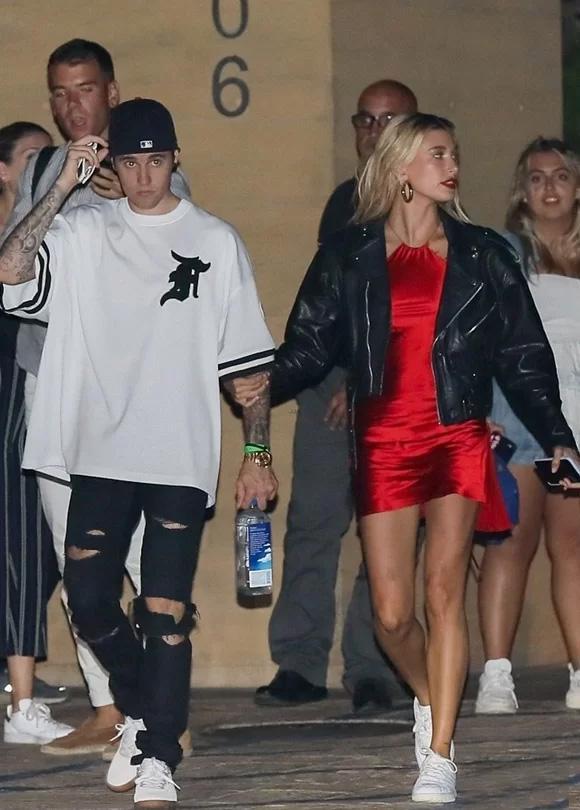 Lên đồ đi chơi, vợ Justin Bieber mặc váy xẻ lộ vòng ba, chiếm spotlight khiến chồng lu mờ-2
