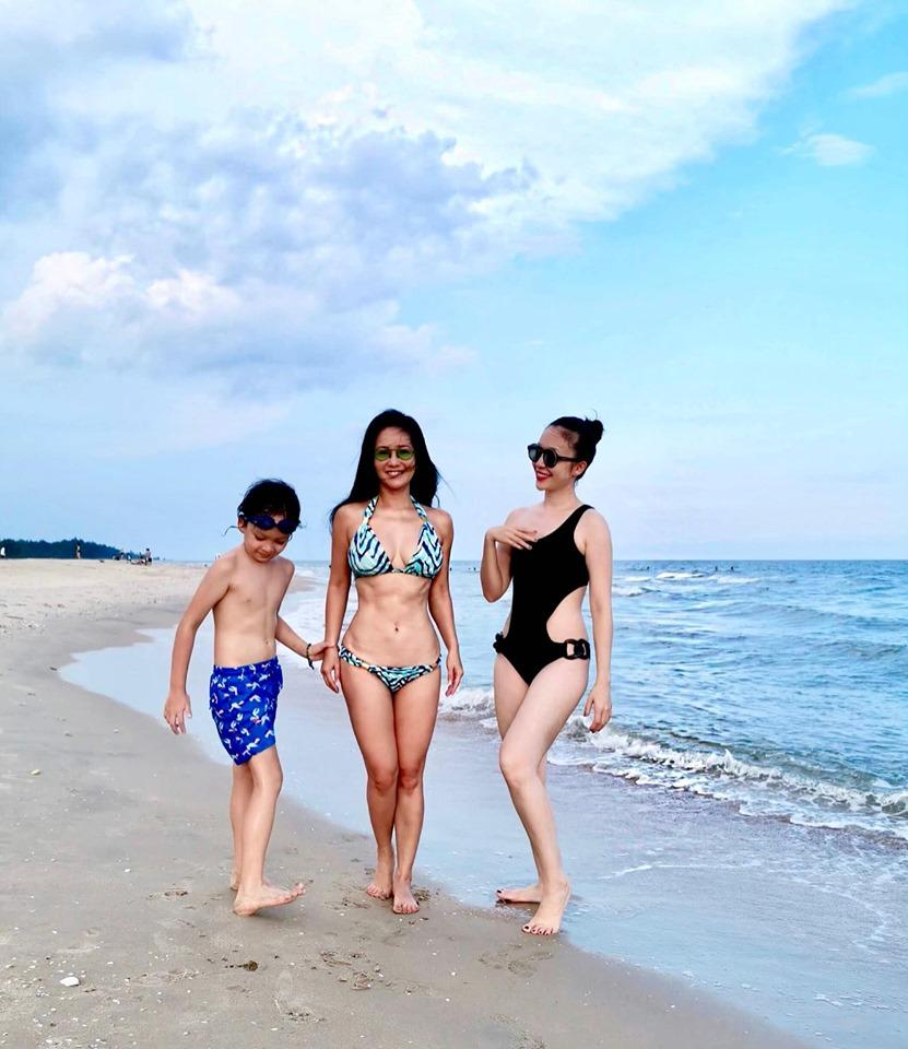 3 bông hồng showbiz Việt tuổi quá 50, có người đã lên chức bà mà diện bikini đẹp nức nở, gái chưa chồng còn xách dép-3