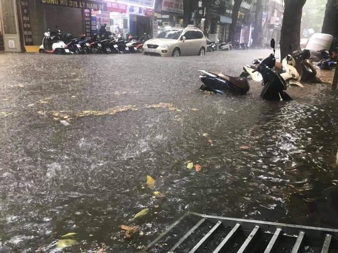 Sau trận mưa lớn trưa nay, nhiều tuyến phố Hà Nội ngập không lối thoát, hàng loạt xe chết máy-11