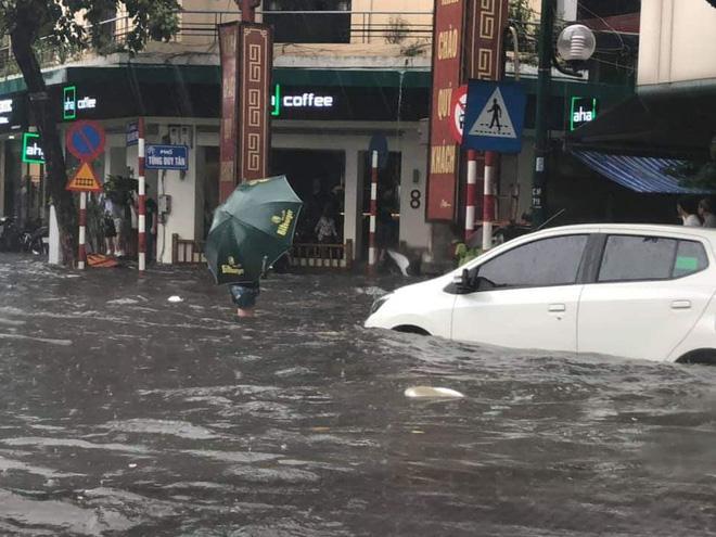 Sau trận mưa lớn trưa nay, nhiều tuyến phố Hà Nội ngập không lối thoát, hàng loạt xe chết máy-9