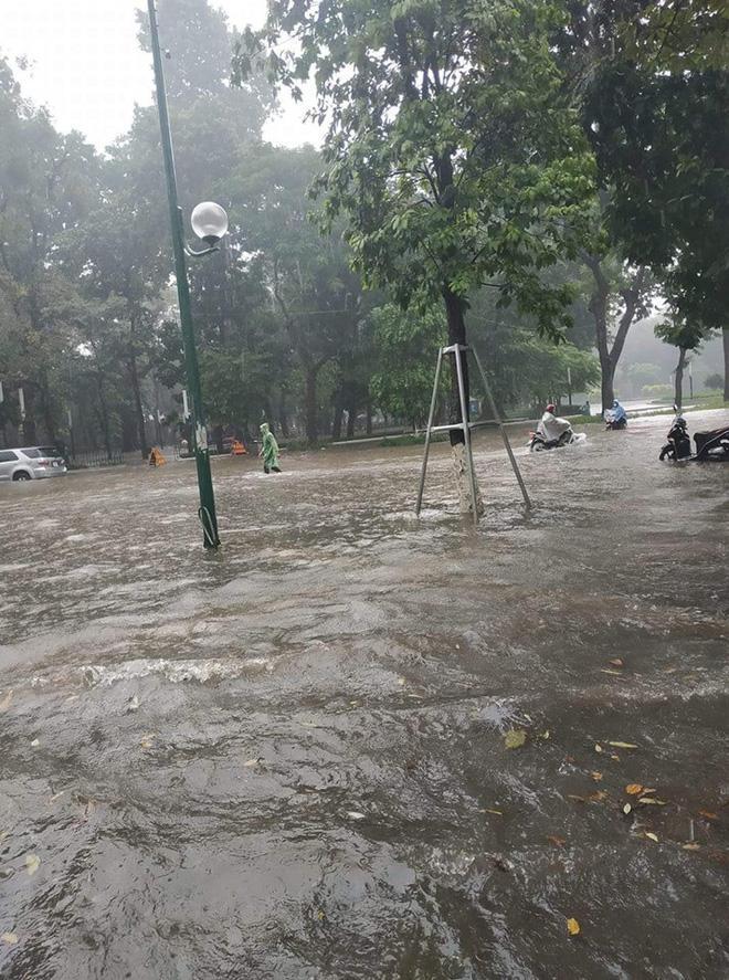 Sau trận mưa lớn trưa nay, nhiều tuyến phố Hà Nội ngập không lối thoát, hàng loạt xe chết máy-10