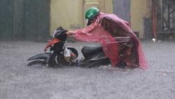 Sau trận mưa lớn trưa nay, nhiều tuyến phố Hà Nội ngập không lối thoát, hàng loạt xe chết máy
