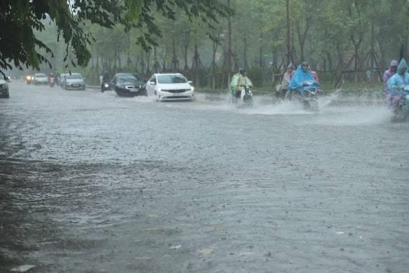 Sau trận mưa lớn trưa nay, nhiều tuyến phố Hà Nội ngập không lối thoát, hàng loạt xe chết máy-4
