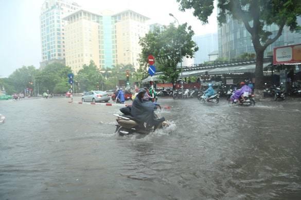 Sau trận mưa lớn trưa nay, nhiều tuyến phố Hà Nội ngập không lối thoát, hàng loạt xe chết máy-5