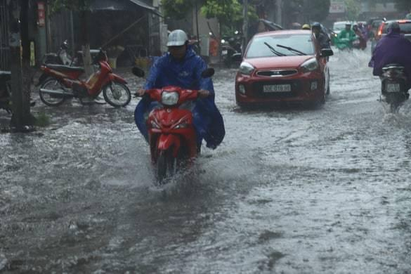 Sau trận mưa lớn trưa nay, nhiều tuyến phố Hà Nội ngập không lối thoát, hàng loạt xe chết máy-6
