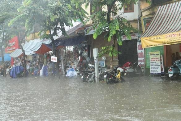 Sau trận mưa lớn trưa nay, nhiều tuyến phố Hà Nội ngập không lối thoát, hàng loạt xe chết máy-7
