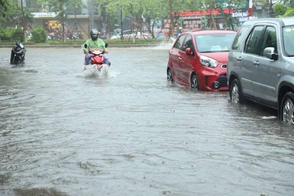 Sau trận mưa lớn trưa nay, nhiều tuyến phố Hà Nội ngập không lối thoát, hàng loạt xe chết máy-8