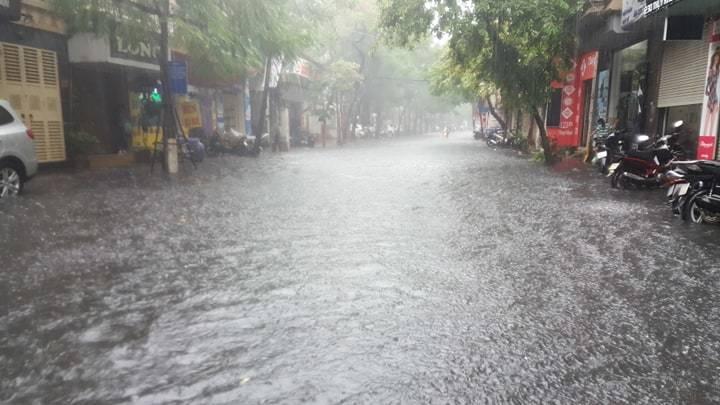 Sau trận mưa lớn trưa nay, nhiều tuyến phố Hà Nội ngập không lối thoát, hàng loạt xe chết máy-2