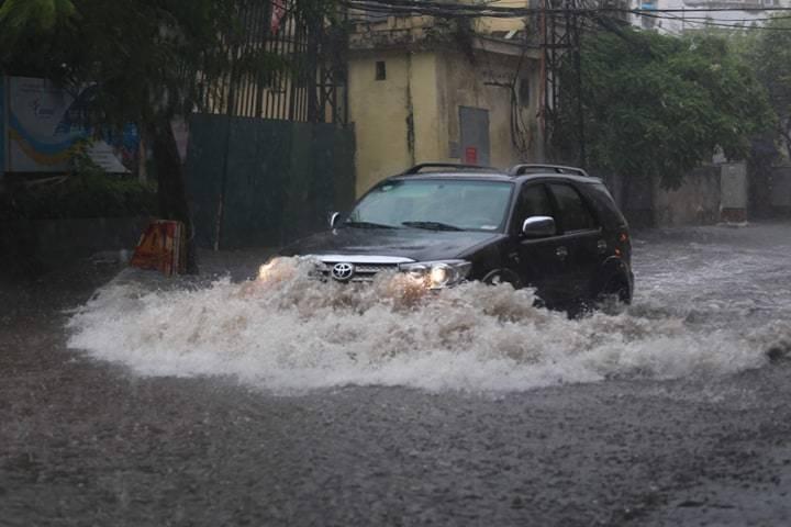 Sau trận mưa lớn trưa nay, nhiều tuyến phố Hà Nội ngập không lối thoát, hàng loạt xe chết máy-1
