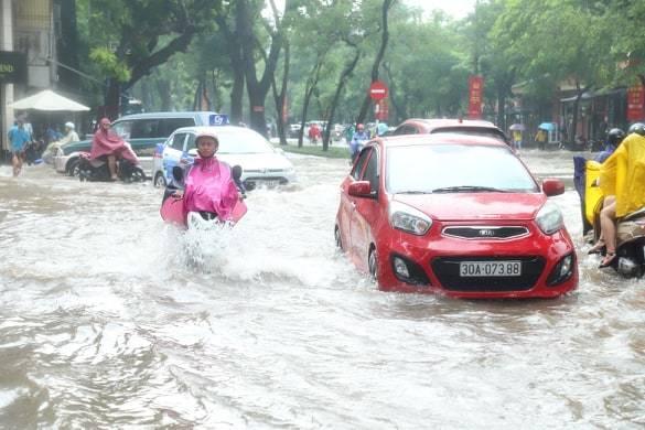 Sau trận mưa lớn trưa nay, nhiều tuyến phố Hà Nội ngập không lối thoát, hàng loạt xe chết máy-3