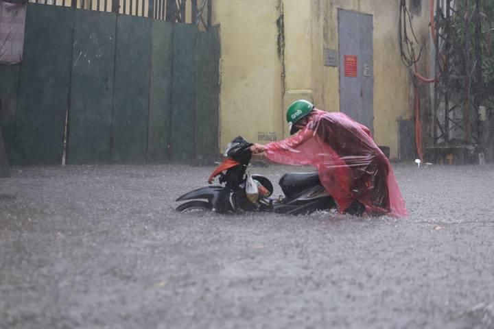 Sau trận mưa lớn trưa nay, nhiều tuyến phố Hà Nội ngập không lối thoát, hàng loạt xe chết máy-12