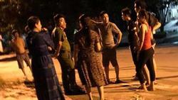 Clip: Nam thanh niên dùng kiếm truy đuổi, chém liên tiếp vào cô hàng xóm, con trai ra can cũng bị tấn công