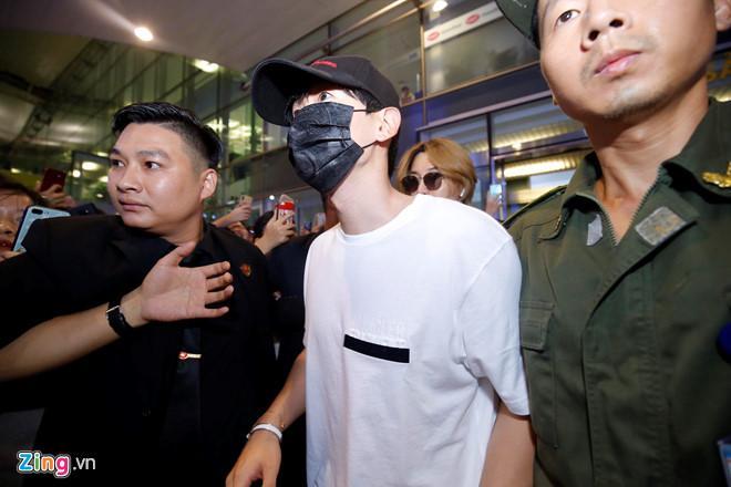 Ji Chang Wook cười vui vẻ, Super Junior kẹt giữa vòng vây của fan Việt-6
