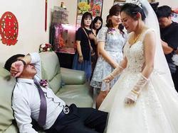 Con gái đi lấy chồng, cha ngồi trên ghế khóc òa khóc nức nở