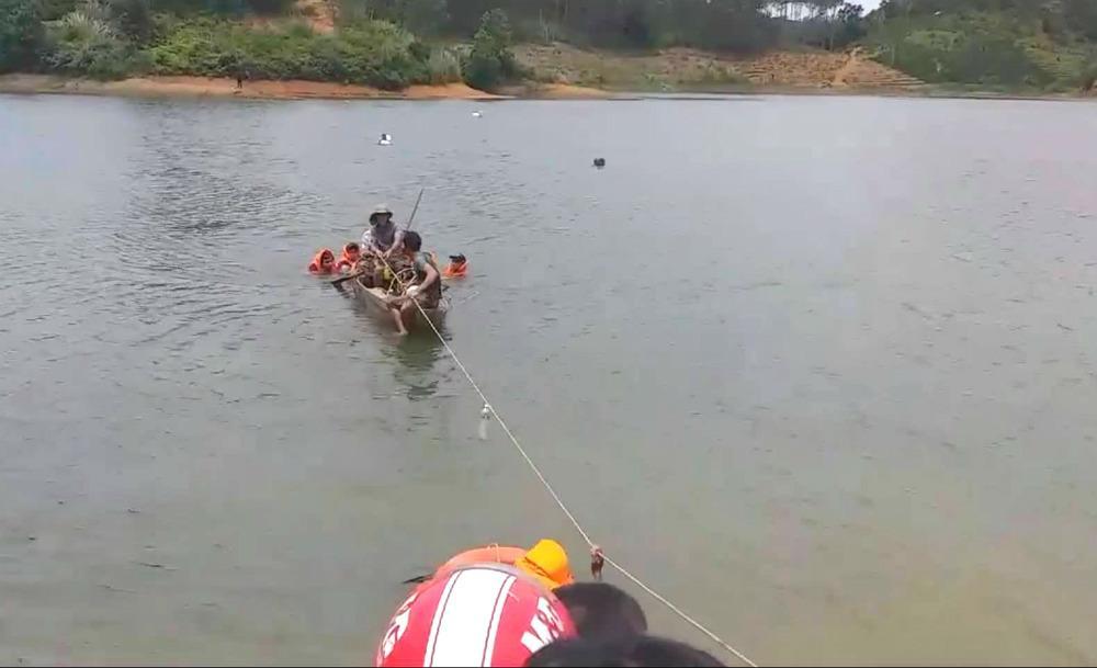 Câu cá ở đập thủy lợi, 3 nam sinh bị lật thuyền chết đuối-1
