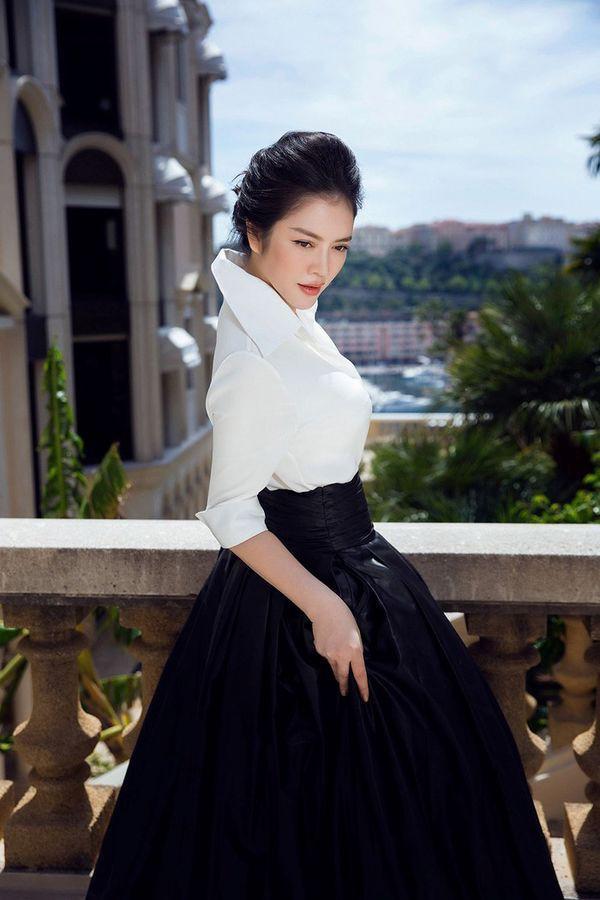 Diện sơ mi và chân váy đen siêu to khổng lồ giống Lý Nhã Kỳ, HHen Niê kém 10 tuổi mà nhìn còn già hơn cả đàn chị-5