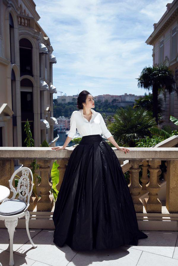 Diện sơ mi và chân váy đen siêu to khổng lồ giống Lý Nhã Kỳ, HHen Niê kém 10 tuổi mà nhìn còn già hơn cả đàn chị-7