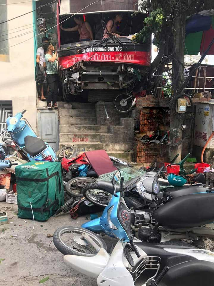 Lại thêm 1 tai nạn nghiêm trọng: Xe khách nổ lốp băng qua đường đâm hàng loạt xe máy rồi lao vào nhà dân ở Quảng Ninh-2