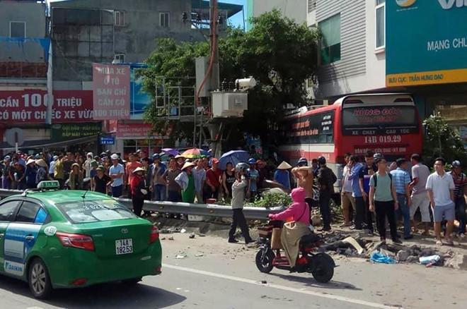 Lại thêm 1 tai nạn nghiêm trọng: Xe khách nổ lốp băng qua đường đâm hàng loạt xe máy rồi lao vào nhà dân ở Quảng Ninh-1